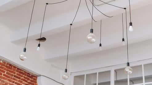 - Тренінговий зал на 80 м2 (і це з висотою в 4,75 м); - Бонусний зал на 36 м2; - проектор (розмір зображення, що виводиться, 2х3 м); - WI-FI; - фліпчарт; - 4 вентилятори; - 2 кондиціонери; - 2 бутлі з ручними помпами (10л + 19л); - 16 дерев'яних стільців; - 13 подушок для сидіння (троє, що спізняться сидітимуть без подушок - така собі мотивація на майбутнє); - електрочайник та термопот; - холодильник.