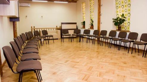 Зал площею 65 м кв., зручно розташований, світлий, просторий, затишний, із вигодами й окремим приміщенням для проведення перерв на каву площею 10 м кв. Призначення: для проведення курсів, тренінгів, конференцій, клубів, засідань, презентацій. Зал знаходиться за адресою: Львів, вул. Ю.Федьковича, 32. Вартість: 300 грн./год. - оренда від трьох годин; 1800 грн. - оренда впродовж дня з понеділка по четвер; 2300 грн.- оренда впродовж дня з п'ятниці по неділю; +200 грн./день - оренда кавомашини та чаєроздавача (16 л); +500 грн. - оренда кавомашини, чаєроздавача на день і замовлення канцтоварів, закупівля продуктів та одноразового посуду для проведення кавоперерв на подію. У вартість оренди входить: столи – 11 шт; стільці – 40 шт; фліпчарт; технічне забезпечення: ноутбук (1 шт.), проектор (виведення на білу стіну), презентер (клікер), колонки, кондиціонер; чайник; питна вода; Wi-Fi; Щодо іншого уточнюйте. Можливо, вже також є.